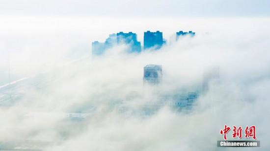 江苏盐城现平流雾景观 城市宛若仙境