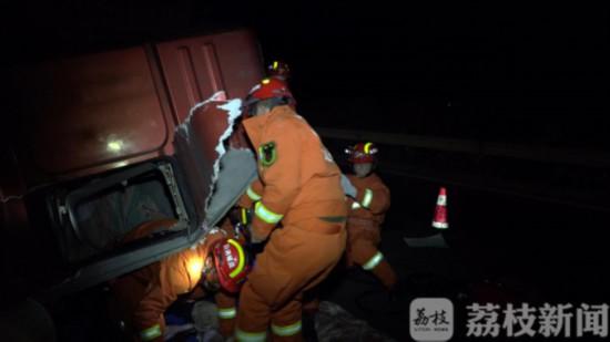 盐城两车相撞一人被困一人死亡 消防紧急救援
