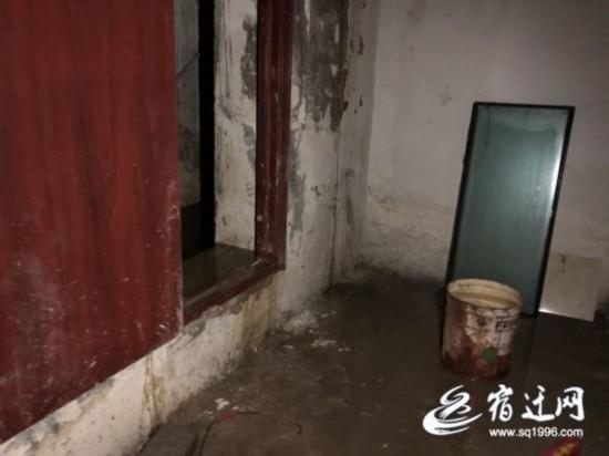 """宿迁一小区地下室长期漏水 业主每天踩木板""""过河"""""""