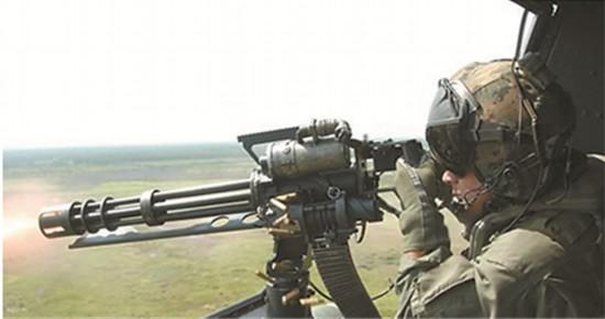 95式自动步枪 氦闪、行星发动机、地下城、饱和式救援近日,我国本土科幻电影《流浪地球》备受关注。在一连串烧脑名词猛然来袭、点燃公众求知欲的同时,影片中出现的那些亦真亦幻的军用装备也引发网民热议。 救援小队队员手持的QBZ47突击步枪、火力强大的六管速射机枪、横空出世的全地形装甲战车、体形惊人的重型运输机、功能强大的外骨骼机甲、快速升空的无人机都让观众和军迷眼前一亮。