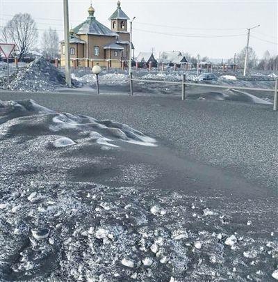 西伯利亚小镇降黑雪