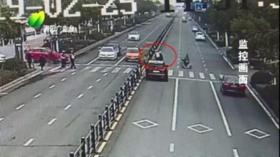 宿迁泗阳辅警扶蹒跚老人过马路 车流静止26秒默默守护