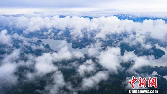 航拍江西仙女湖渔舟穿梭云雾缭绕如仙境