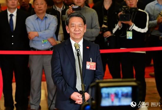 全国政协委员、中国探月工程总设计师吴伟仁接受记者采访。