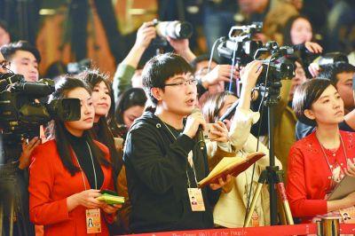 """9位全国政协委员亮相""""委员通道""""接受记者采访"""