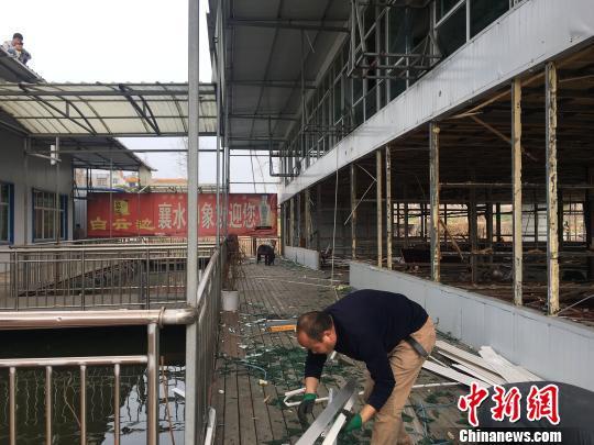 湖北襄阳拆除汉江河道内一大型餐饮企业