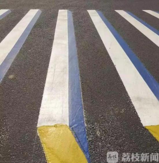 """""""低头族""""看过来 连云港推出地埋式人行横道信号灯"""