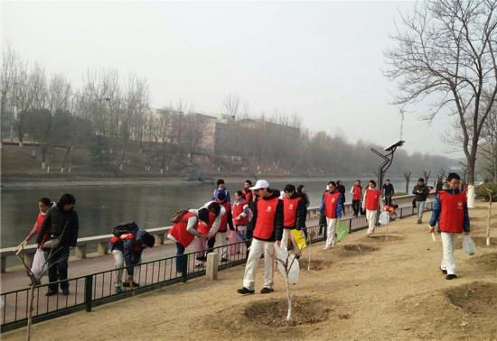 志愿者们在清河南镇岸边拾取垃圾