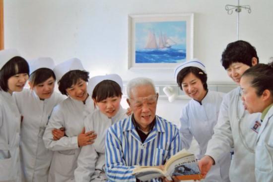 住院期间,陈广生为医护人员宣扬雷锋精神.jpg