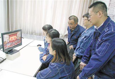 <p>  3月5日,国网宁夏电力有限公司培训中心组织培训师在职工书屋收看十三届全国人大二次会议开幕会直播。</p><p>  本报记者 党硕 摄 </p>