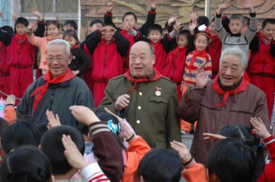 陈广生和老干部一起到学生中开展革命传统教育.jpg