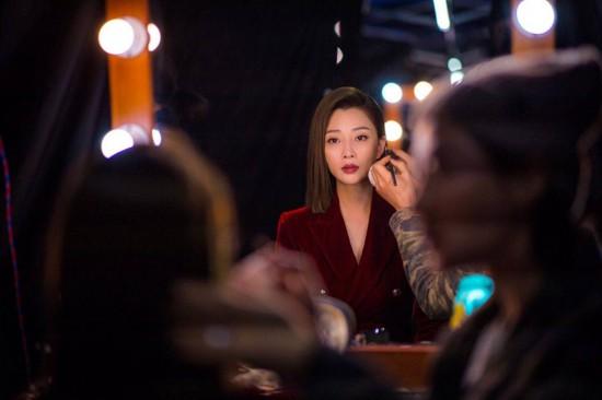 《标化人生》殷桃尝试演精英霸气展示时装秀