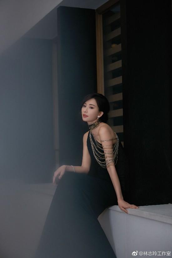 林志玲亮相时尚活动 皮质衬衣搭配修身包臀裙