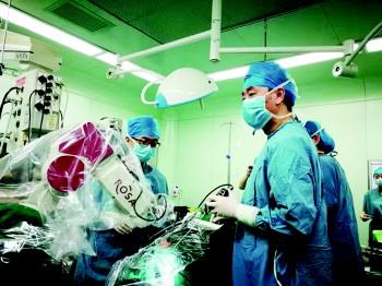 这台机器人,专门做脑部手术