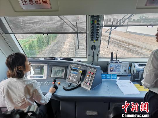 """""""90后""""火车女司机:""""刚柔并济""""的铁路""""螺丝钉"""""""