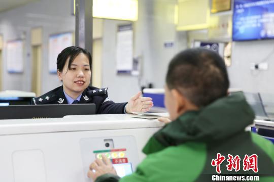 """走近福州出入境边检站女警花:从""""橄榄绿""""到""""藏青蓝"""""""