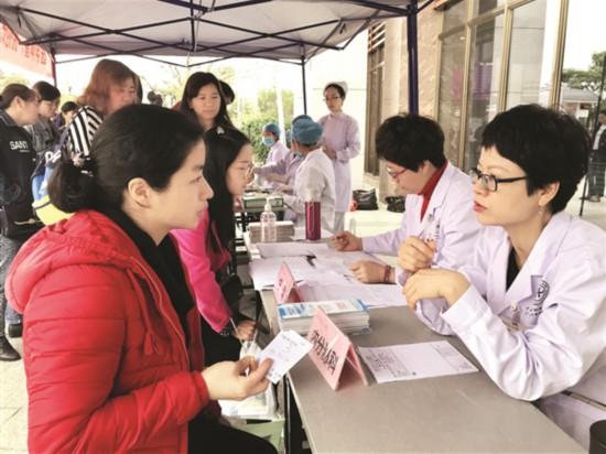 右图:市中心人民医院义诊活动吸引不少女性朋友前往咨询。