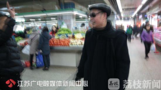 """南京科巷菜场现74岁""""许文强"""" 一天能卖三千来斤西红柿"""