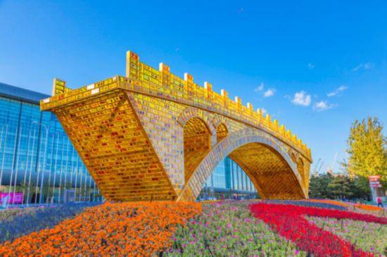 """资料图片:大型雕塑作品""""丝路金桥"""""""