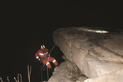 小伙在连云港独自爬山 坠落35米深悬崖被困