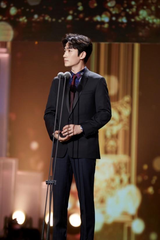 朱一龙出席2019电视剧盛典收获双项荣誉肯定