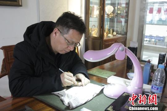 新疆微雕艺术家独特绝活毫厘间雕刻奇妙世界