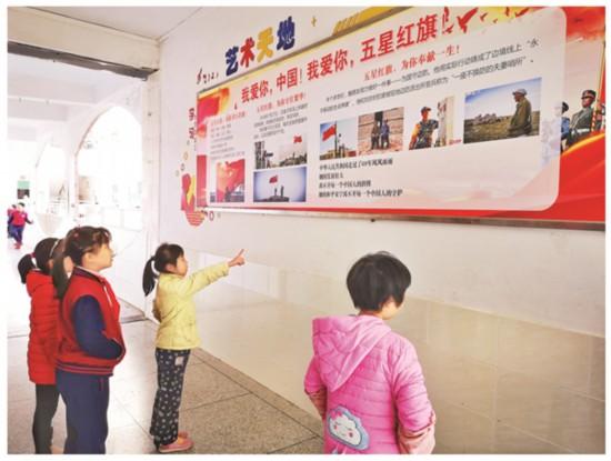 惠州市长湖苑小学校园内随处可见国防教育宣传栏。