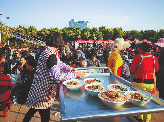 玉溪市红塔区:社区居民欢度米线节