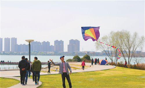 徐州市民在大龙湖畔