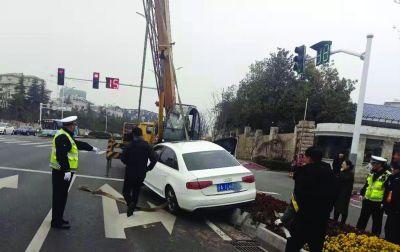 南京一司机错把油门当刹车冲上绿化带