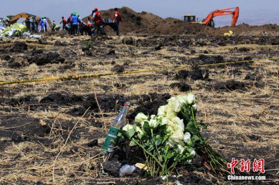 亚航空公司组织ET302航班空难遇难者家属来到事发地,为他们逝去的