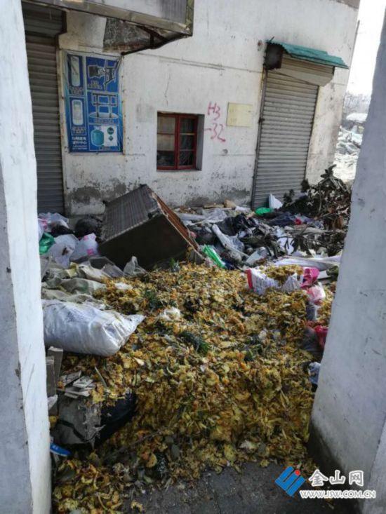 镇江一拆迁工地变成垃圾场 臭气熏天没人管