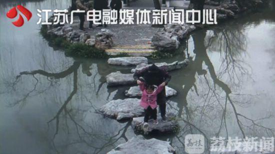 """40秒!扬州男子""""神操作"""" 救起落水祖孙俩"""