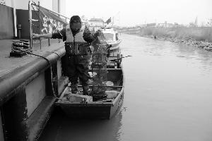 男子在长江里放地笼网 盗捕10多斤江蟹苗