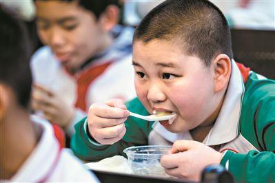 广州要求学校负责人与学生共同用餐鼓励家长在校陪餐