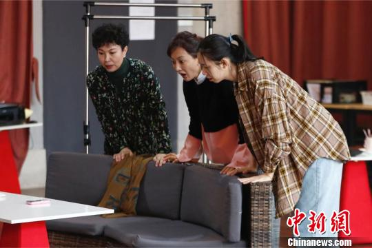 """杨立新导演女性喜剧龚丽君、牛莉""""分享""""《她们的秘密》"""