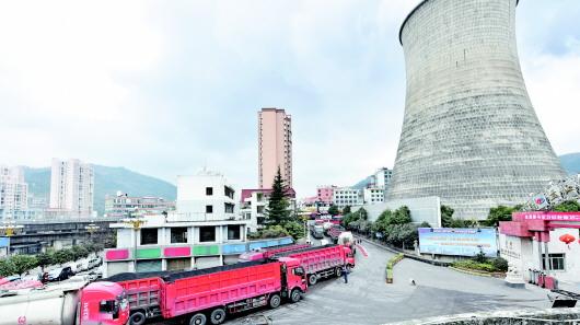 運煤車輛穿梭在盤江電投發電分公司。