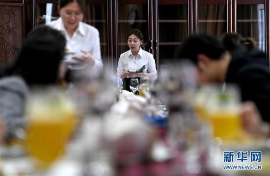 """(教育)(1)学生和外教一起开""""西餐厅"""""""