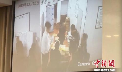 现场播放的疑似网传图片造假的视频片段。 贺劭清 摄