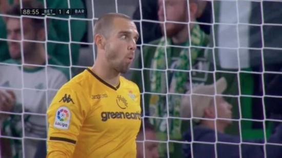 把对手都打服了贝蒂斯球迷起立为梅西鼓掌