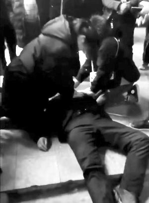 盐城响水95后小护士联手路人跪地救回猝死大叔