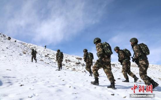 翻雪山饮冰河!武警高原高寒中进行极限训练