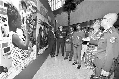 非盟成员国军事代表在参观展览。
