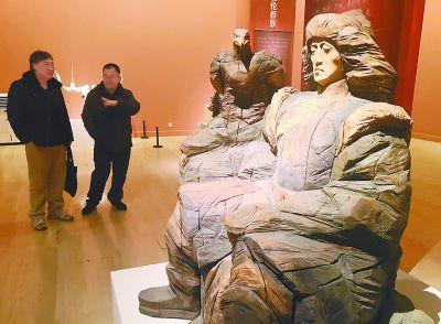 雕塑家馆长为雕塑展导览 提议优秀美术作品进教材