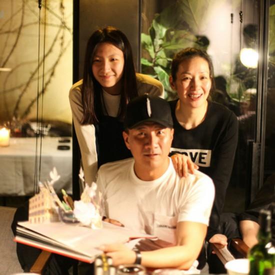 胡军在杭演出逢生日 康康远程为父送惊喜
