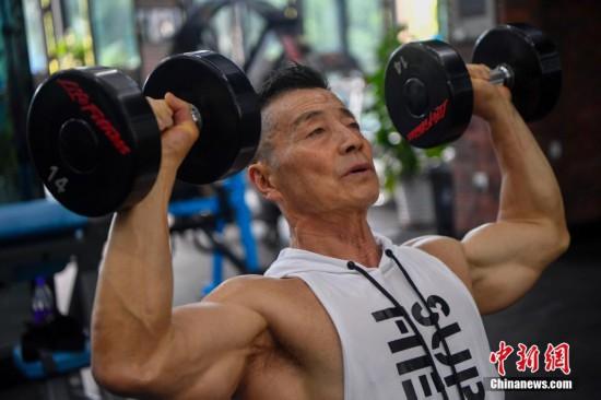 """中国健美""""常青树""""杨新民 70岁依旧健硕胜常人"""