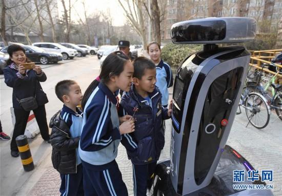 """(社会)(2)北京:""""机械人探长""""落户社区"""