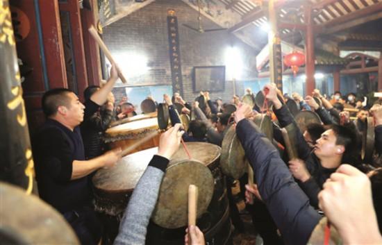 ▲在陈孝女祠里,接灯的队伍敲锣打鼓喜气洋洋。