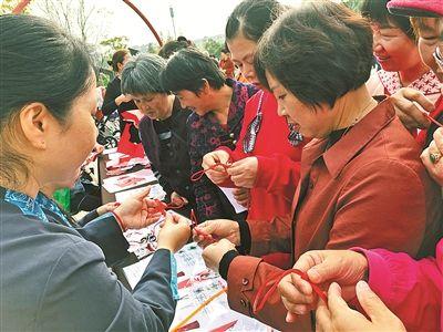 """""""老漂族""""社区融入项目:老人们参加民俗体验活动"""