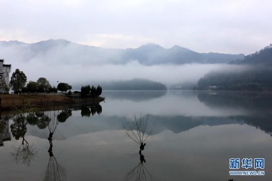 镜湖收烟云 青山如展画